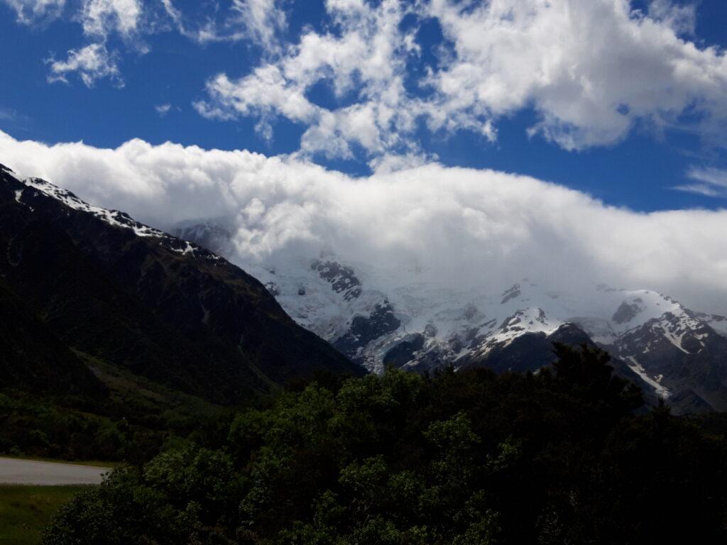 20191226_154936 - Neuseeland - Canterbury (NZ) - Mount Cook village (NZ) - Mt. Sefton (3.151M) - Wolken - Blockgletscher