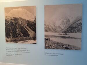 20191226_163931 - Neuseeland - Canterbury (NZ) - Mount Cook Village (NZ) - Besucherzentrum des Aoraki/Mt. Cook National Parks - altes Foto - Edward/Edwin Sealy (1939-1903) - Aoraki/Mt/. Cook (3.724M) - Tasman Gletscher