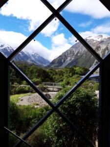 20191226_164127- Neuseeland - Canterbury (NZ) - Mount Cook Village (NZ) - Aoraki/Mt. Cook (3.724M) - Wolken um Berggipfel - Besucherzentrum des Aoraki/Mt. Cook National Parks