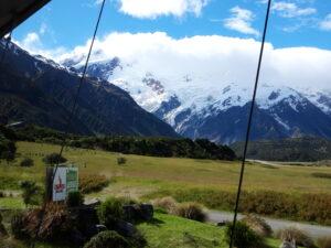 """20191226_171215 - Neuseeland - Canterbury (NZ) - Mount Cook Village (NZ) - Restaurant """"Chamois"""" - Mt. Sefton (3.151M) - Wolken um Berggipfel"""