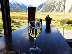 """20191226_175810 - Neuseeland - Canterbury (NZ) - Mount Cook Village (NZ) - Restaurant """"Chamois"""" - Glas Weisswein - Neuseeländischer Wein"""