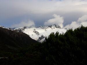 20191227_071924 - Neuseeland - Canterbury (NZ) - Mount Cook Village (NZ) - Mt. Sefton (3.151M) - Wolken - grauer Himmel