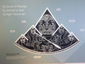 20191227_125711 - Neuseeland - Canterbury (NZ) - Mount Cook Village (NZ) - Besucherzentrum des Aoraki/Mt. Cook National Parks - Holzschitzerei - Maori-Kultur - Gottheit Aoraki und seine Brüder - Cliff Whiting (1936-2017)