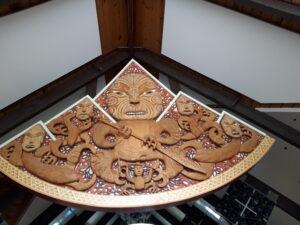 20191227_125723 - Neuseeland - Canterbury (NZ) - Mount Cook Village (NZ) - Besucherzentrum des Aoraki/Mt. Cook National Parks - Holzschitzerei - Maori-Kultur - Gottheit Aoraki und seine Brüder - Cliff Whiting (1936-2017)
