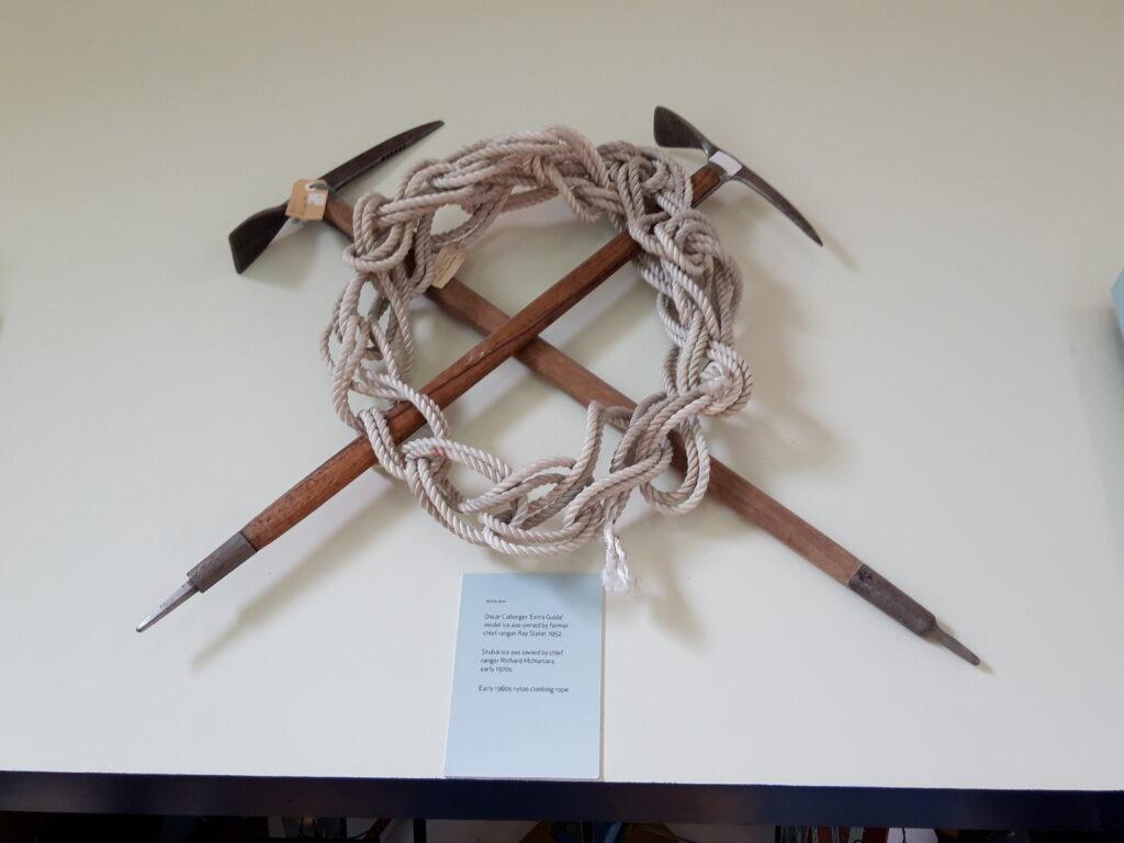20191227_130342- Neuseeland - Canterbury (NZ) - Mount Cook Village (NZ) - Besucherzentrum des Aoraki/Mt. Cook National Parks - Bersteigerausrüstung - Eispickel - Nylonseil