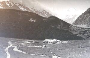 20191227_130633 (2) - Neuseeland - Canterbury (NZ) - Mount Cook Village (NZ) - Besucherzentrum des Aoraki/Mt. Cook National Parks - altes Foto - Jack Adamson (1866-1951) - Mt Cook (3.724M)