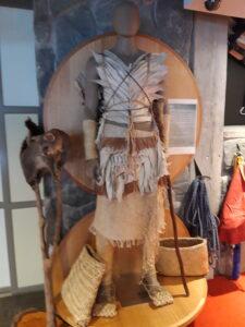 20191227_132824 - Neuseeland - Canterbury (NZ) - Mount Cook Village (NZ) - Besucherzentrum des Aoraki/Mt. Cook National Parks - Maori-Kleidung