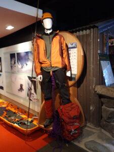 20191227_132912 - Neuseeland - Canterbury (NZ) - Mount Cook Village (NZ) - Besucherzentrum des Aoraki/Mt. Cook National Parks - Bergsteigerkleidung im ANfang des 21. Jahrhunderts