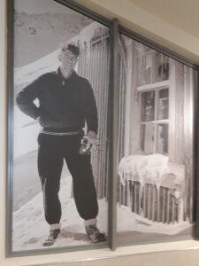 20191227_143028 - Neuseeland - Canterbury (NZ) - Mount Cook Village (NZ) - Sir Edmund Hillary Alpine Centre - Schwarz-Weiss-Foto - Schnee - Edmund Hillary (1919-2008)
