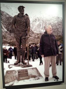20191227_144509 - Neuseeland - Canterbury (NZ) - Mount Cook Village (NZ) - Sir Edmund Hillary Alpine Centre - Statue aus Bronze - Edmund Hillary (1919-2008)