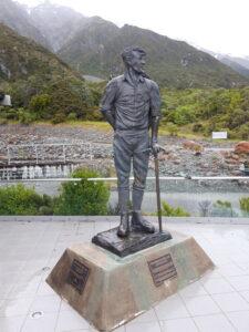 20191227_154851 - Neuseeland - Canterbury (NZ) - Mount Cook Village (NZ) - Sir Edmund Hillary Alpine Centre - Statue aus Bronze - Edmund Hillary (1919-2008)