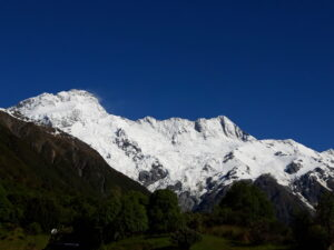 20191228_091006 - Neuseeland - Canterbury (NZ) - Mount Cook Village (NZ) - Mt. Sefton - blauer Himmel - Morgensonne