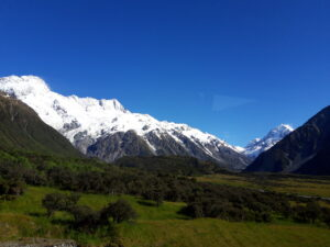 20191228_093209 - Neuseeland - Canterbury (NZ) - Mount Cook Village (NZ) - Aoraki/Mt. Cook - blauer Himmel - Morgensonne