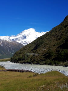 20191228_093611 - Neuseeland - Canterbury NZ - Mount Cook Village (NZ) - Mt. Sefton - Hooker Valley Tal- Tasman Fluss - blauer Himmel