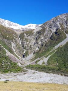 20191228_094128 - Neuseeland - Canterbury NZ - Mount Cook Village (NZ) - Mt. Cook Range Bergkette - Tasman Fluss - blauer Himmel