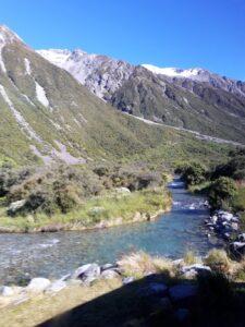 20191228_094240 - Neuseeland - Canterbury NZ - Mount Cook Village (NZ) - bewaldeter Berghang - Tasman Valley Tal - Tasman Fluss - blauer Himmel