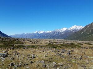 20191228_100210 - Neuseeland - Canterbury (NZ) - Mount Cook Village (NZ) - Tasman Valley Tal - Ben Ohau Bergkette - schneebedeckter Berggipfel - blauer Himmel