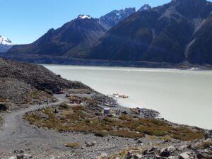 20191228_100947 - Neuseeland - Canterbury NZ - Mount Cook Village (NZ) - The Nuns Veil Berge - Burnett BergketteBootsfahrt - Zodiac - Tasman Lake See - Tasman Gletscher - blauer Himmel