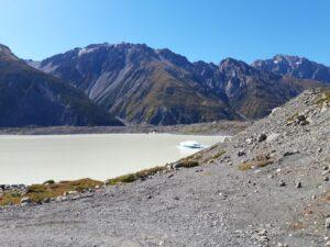 20191228_101151 - Neuseeland - Canterbury NZ - Mount Cook Village (NZ) - The Nuns Veil Berge - Burnett Mountains Bergkette - Bootsfahrt - Zodiac - Tasman Lake See - Tasman Gletscher - blauer Himmel - Eisberg