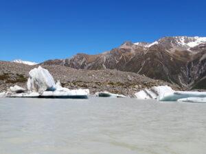 20191228_103519 - Neuseeland - Canterbury NZ - Mount Cook Village (NZ) - Bootsfahrt - Zodiac - Tasman Lake See - Tasman Gletscher - blauer Himmel - Eisberg