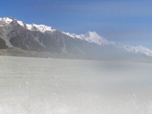 20191228_103701 - Neuseeland - Canterbury NZ - Mount Cook Village (NZ) - Aoraki/Mt. Cook (3.724M) - Moräne - Bootsfahrt - Zodiac - Tasman Lake See - Tasman Gletscher - blauer Himmel - Wasssernebel