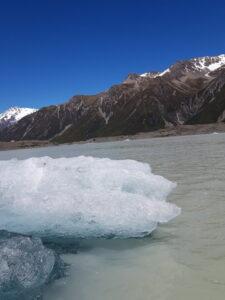 20191228_103854 - Neuseeland - Canterbury NZ - Mount Cook Village (NZ) - schneebedeckter Berg - Bootsfahrt - Zodiac - Tasman Lake See - Tasman Gletscher - blauer Himmel - Eisberg