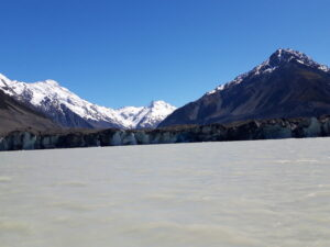 20191228_105000 - Neuseeland - Canterbury NZ - Mount Cook Village (NZ) - Aoraki/Mt. Cook (3.724M) - MT. Tasman - Novara Peak - Bootsfahrt - Zodiac - Tasman Lake See - Tasman Gletscher - blauer Himmel