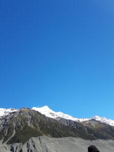 20191228_105440 - Neuseeland - Canterbury NZ - Mount Cook Village (NZ) - Aoraki/Mt. Cook (3.724M) - Bootsfahrt - Moräne - Tasman Lake See - Tasman Gletscher - blauer Himmel - schneebedeckter Berg