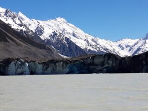 20191228_105915 - Neuseeland - Canterbury NZ - Mount Cook Village (NZ) - Aoraki/Mt. Cook (3.724M) - Bootsfahrt - Zodiac - Tasman Lake See - Tasman Gletscher - blauer Himmel