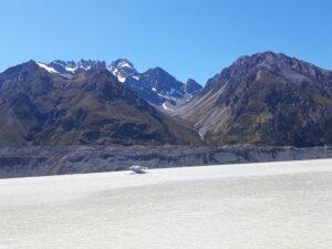 20191228_110531 - Neuseeland - Canterbury NZ - Mount Cook Village (NZ) - The Nuns Veil Berge - Bootsfahrt - Zodiac - Lake Tasman See - Tasman Gletscher - blauer Himmel - Eisberg