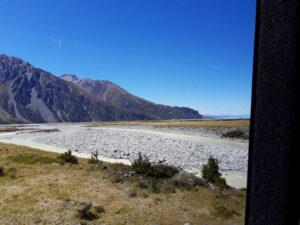 20191228_115328 - Neuseeland - Canterbury NZ - Mount Cook Village (NZ) - Tasman Fluss - verflochtener Fluss - blauer Himmel - Berge