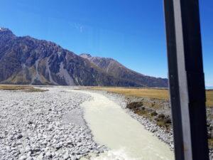 20191228_115337 - Neuseeland - Canterbury NZ - Mount Cook Village (NZ) - Tasman Valley Tal - Tasman Fluss - verflochtener Fluss - blauer Himmel - Berge