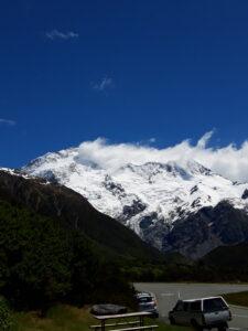 20191228_120315 - Neuseeland - Canterbury NZ - Mount Cook Village (NZ) - Mt. Sefton (3.151M) - blauer Himmel - weisse Wolken
