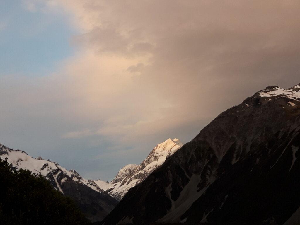 20191228_211839 - Neuseeland - Canterbury NZ - Mount Cook Village (NZ) - Aoraki/Mt. Cook (3.724M) - Abendstimmung - rosa Wolken
