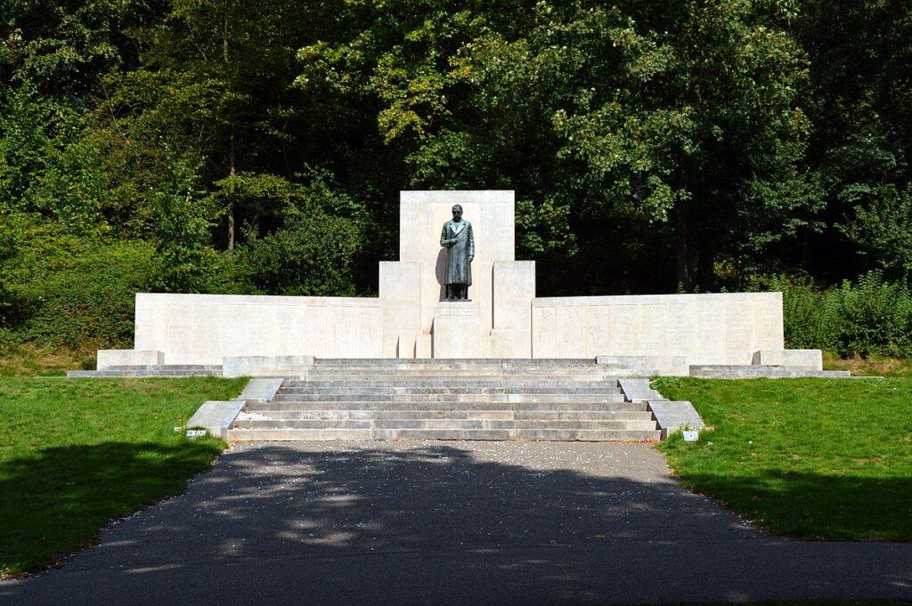 1200px-Lorentz-monument_Park_sonsbeek_Arnhem_Nederland,_Netherlands_Hendrik_Antoon_Lorentz_Ludwig_Oswald_Wenckebach